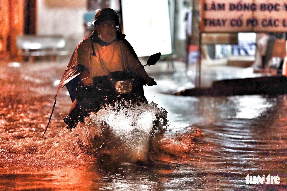 TP.HCM ngập nặng, người dân bì bõm dắt xe về lúc nửa đêm - Ảnh 5.