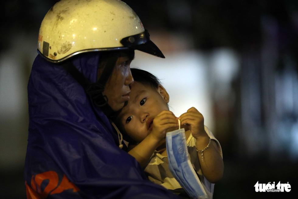 TP.HCM ngập nặng, người dân bì bõm dắt xe về lúc nửa đêm - Ảnh 11.