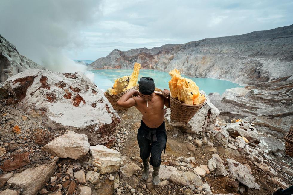 Mạo hiểm bán lưu huỳnh cho khách trên núi lửa đang hoạt động - Ảnh 9.