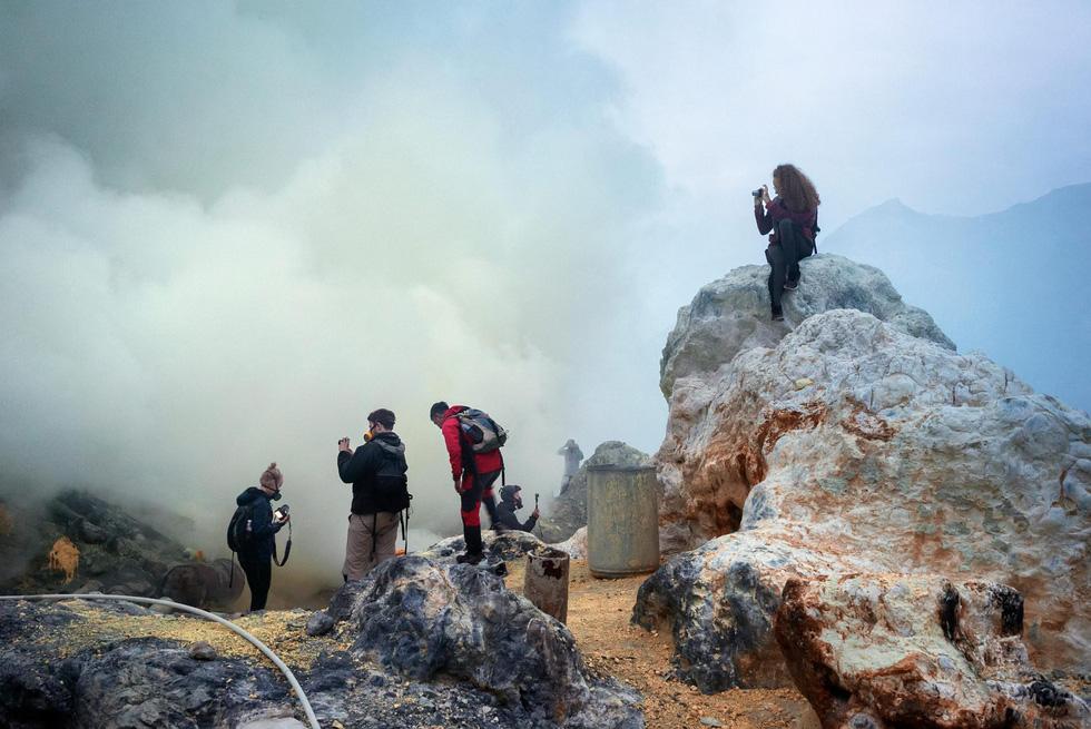 Mạo hiểm bán lưu huỳnh cho khách trên núi lửa đang hoạt động - Ảnh 8.