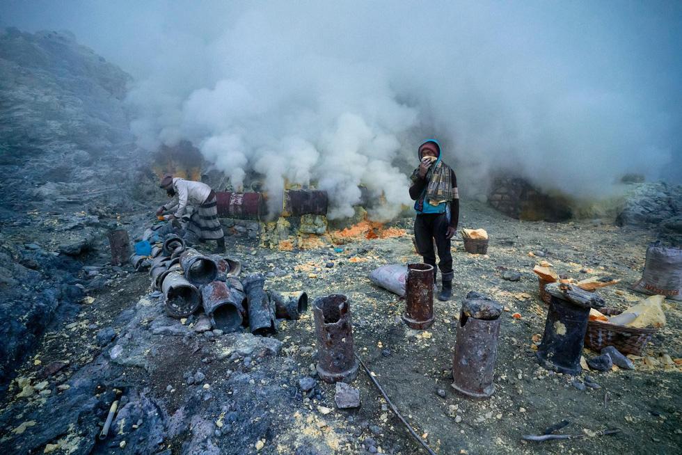 Mạo hiểm bán lưu huỳnh cho khách trên núi lửa đang hoạt động - Ảnh 7.