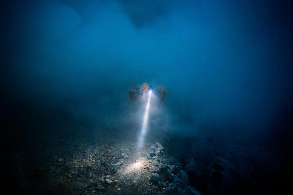 Mạo hiểm bán lưu huỳnh cho khách trên núi lửa đang hoạt động - Ảnh 5.