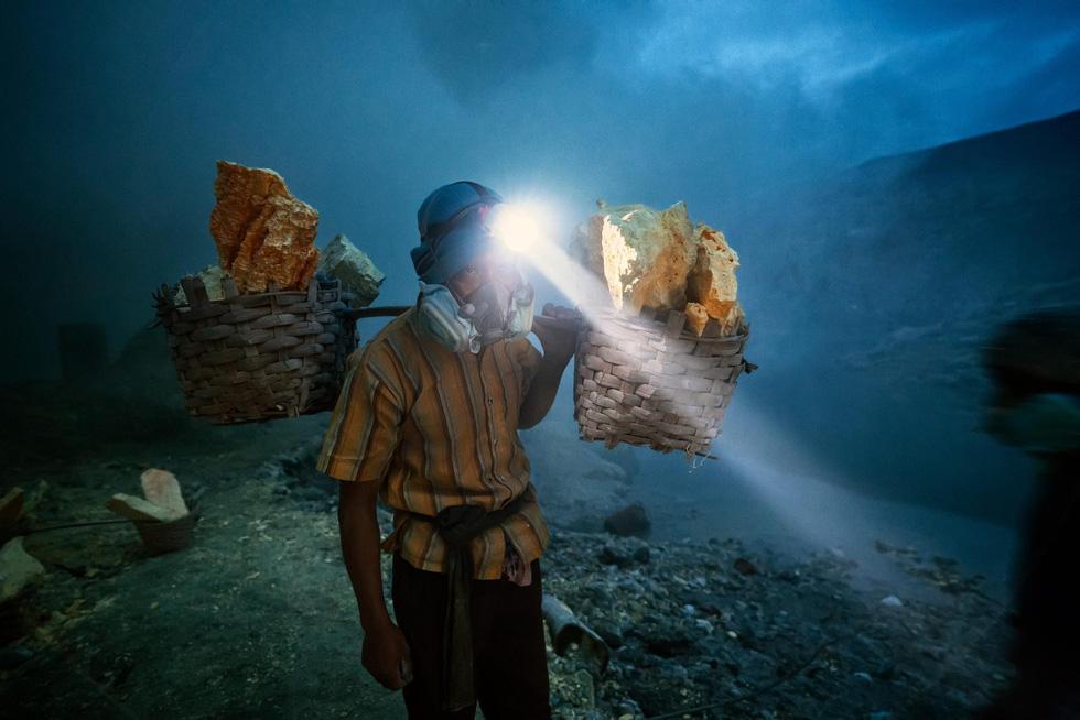 Mạo hiểm bán lưu huỳnh cho khách trên núi lửa đang hoạt động - Ảnh 4.