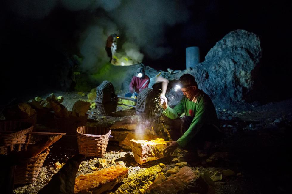 Mạo hiểm bán lưu huỳnh cho khách trên núi lửa đang hoạt động - Ảnh 1.
