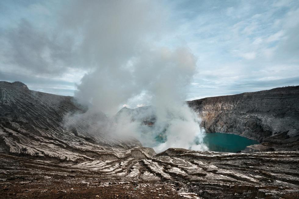 Mạo hiểm bán lưu huỳnh cho khách trên núi lửa đang hoạt động - Ảnh 6.