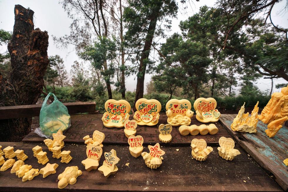 Mạo hiểm bán lưu huỳnh cho khách trên núi lửa đang hoạt động - Ảnh 11.