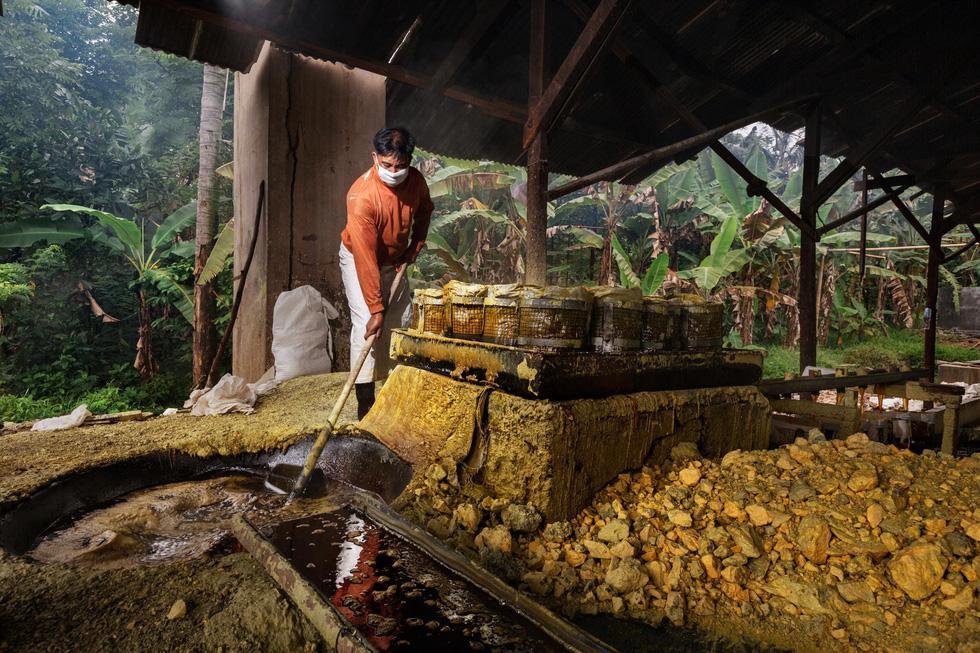 Mạo hiểm bán lưu huỳnh cho khách trên núi lửa đang hoạt động - Ảnh 12.