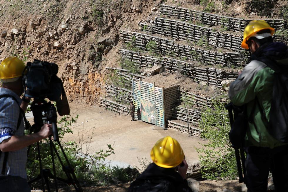 Cận cảnh phá bỏ bãi thử hạt nhân Punggye-ri của Triều Tiên - Ảnh 7.