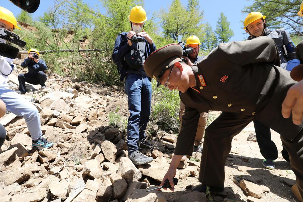 Cận cảnh phá bỏ bãi thử hạt nhân Punggye-ri của Triều Tiên - Ảnh 4.
