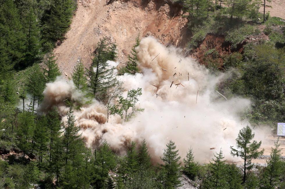 Cận cảnh phá bỏ bãi thử hạt nhân Punggye-ri của Triều Tiên - Ảnh 3.