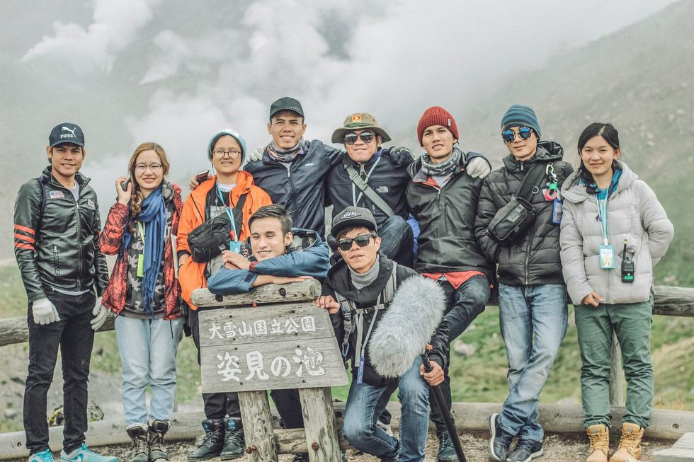 Người trẻ làm phim và đỉnh núi ở phía trước - Ảnh 4.