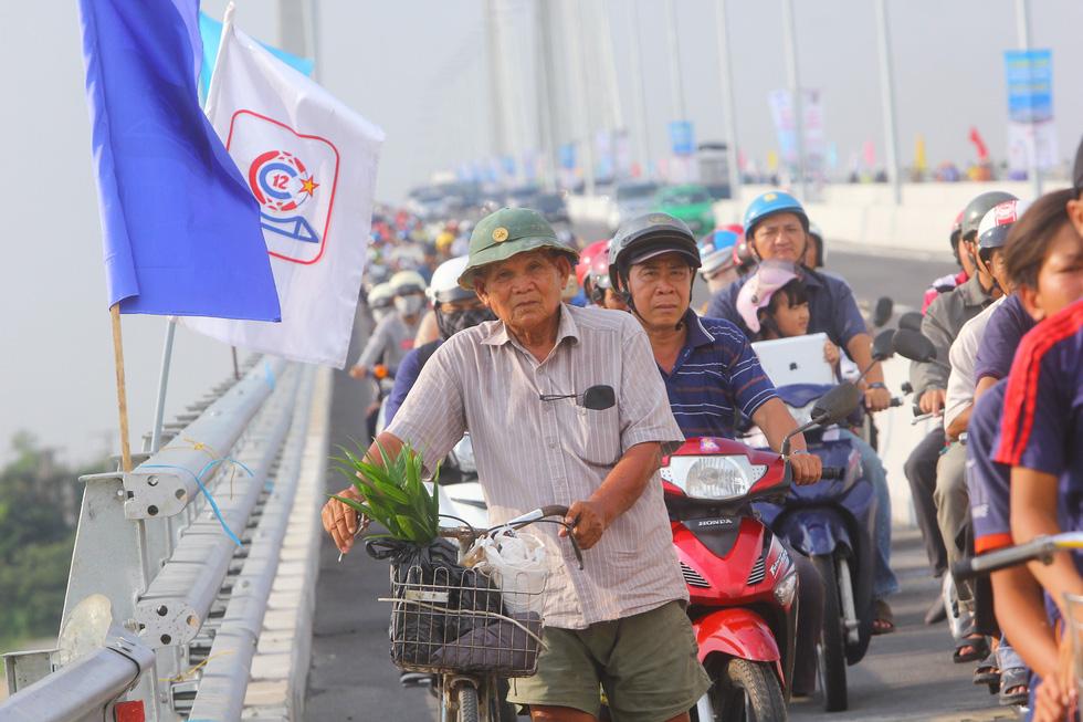 Dân Miền Tây rủ nhau lên cầu Cao Lãnh… chụp ảnh lưu niệm - Ảnh 2.
