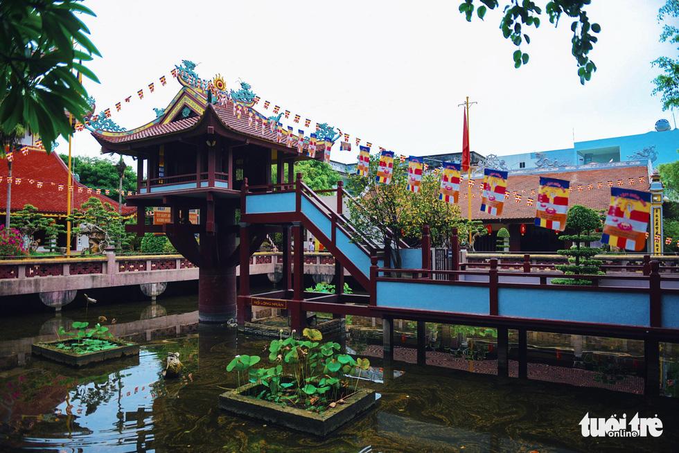 Mùa Phật Đản đi lễ chùa Một Cột tại Sài Gòn - Ảnh 4.
