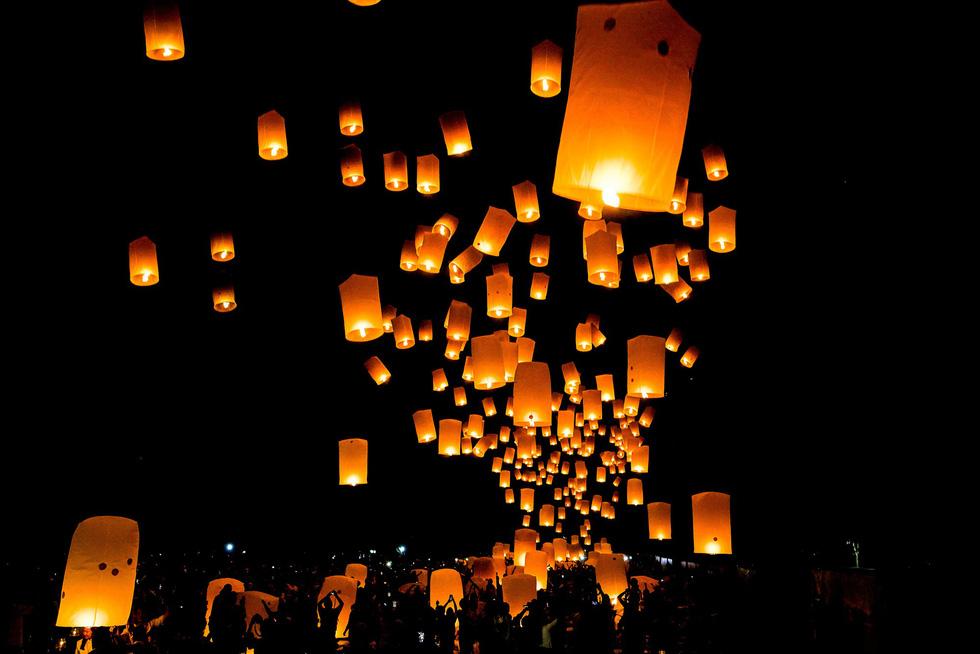 Đèn trời rực sáng thánh địa Phật giáo trong đại lễ Phật đản - Ảnh 1.