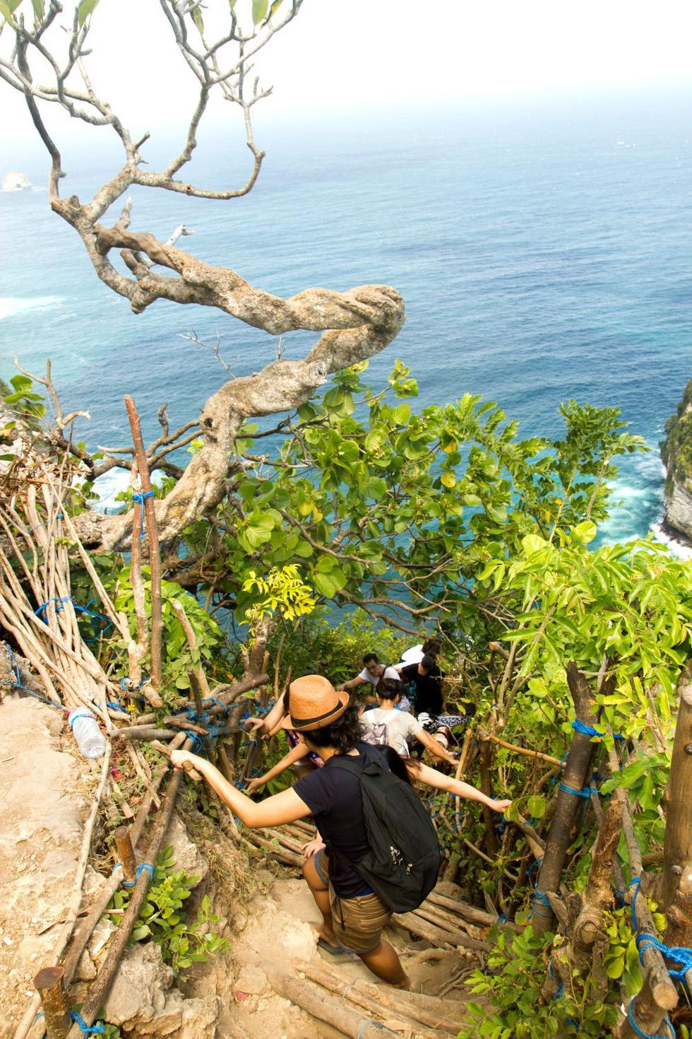 Tới Nusa Penida trèo lên lưng khủng long - Ảnh 8.