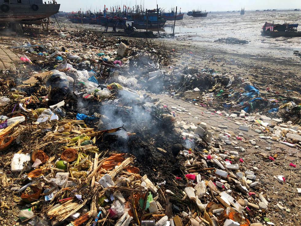Kinh hoàng biển… rác ở Hậu Lộc, Thanh Hóa - Ảnh 13.