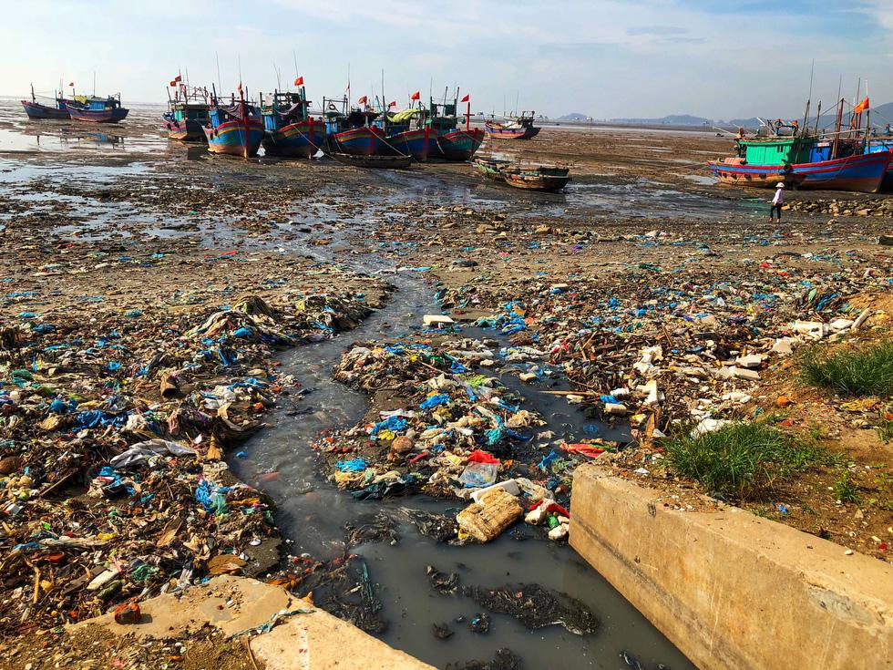 Kinh hoàng biển… rác ở Hậu Lộc, Thanh Hóa - Ảnh 8.