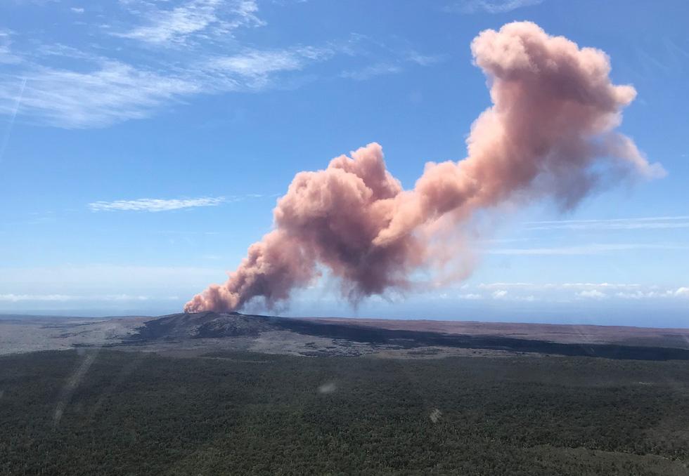Cận cảnh núi lửa phun ở Hawaii khiến cả ngàn người di tản - Ảnh 1.