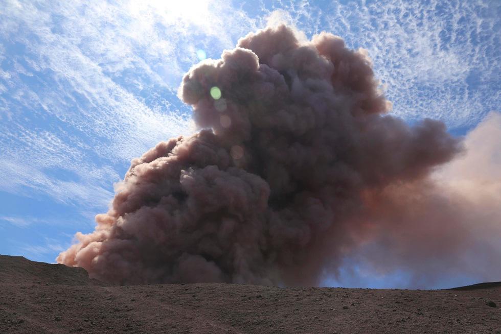 Cận cảnh núi lửa phun ở Hawaii khiến cả ngàn người di tản - Ảnh 10.