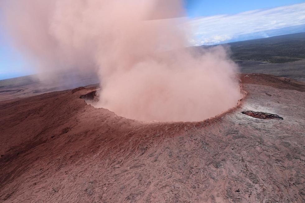 Cận cảnh núi lửa phun ở Hawaii khiến cả ngàn người di tản - Ảnh 9.