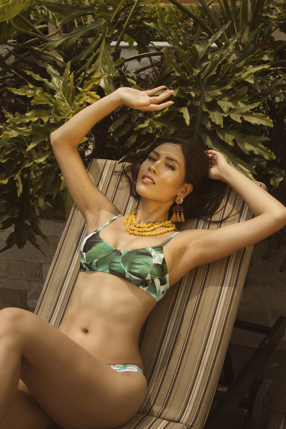 Á hậu Nguyễn Thị Loan nóng bỏng với bikini rực rỡ sắc hè - Ảnh 7.