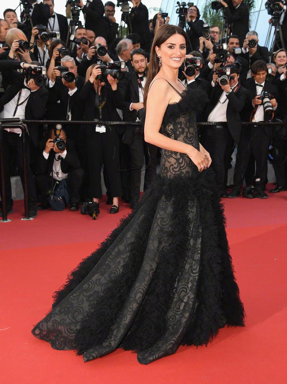 Cate Blanchett mặc đồ cũ, dàn sao nữ lộng lẫy trên thảm đỏ Cannes - Ảnh 4.