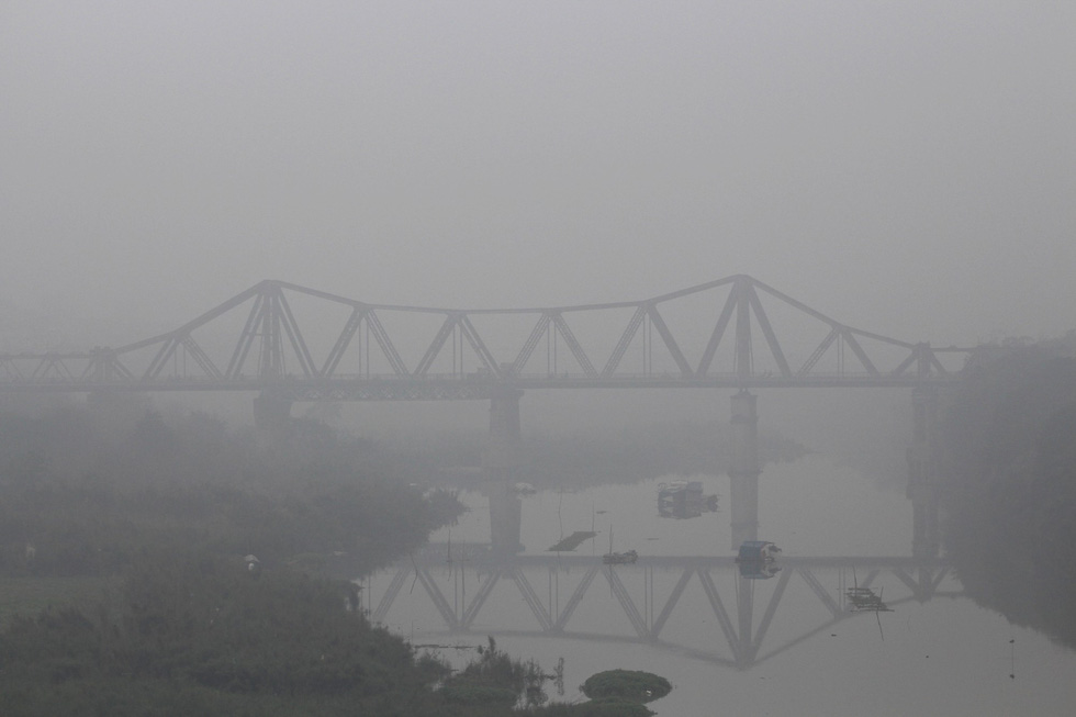 Đến gần trưa, Hà Nội vẫn chìm trong sương mù - Ảnh 7.