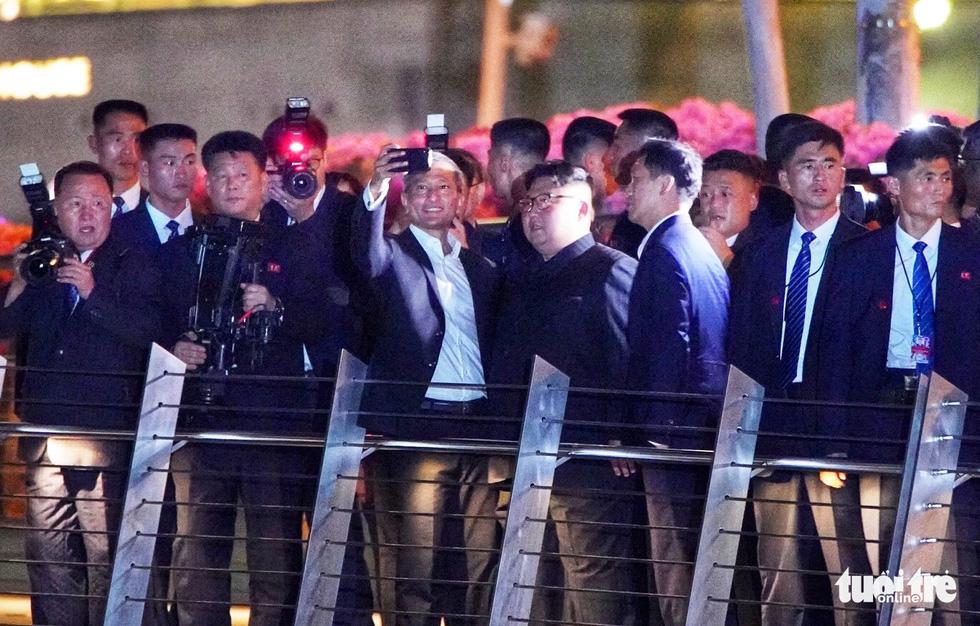 Ông Kim Jong Un cùng dạo phố, selfie với ngoại trưởng Singapore - Ảnh 1.