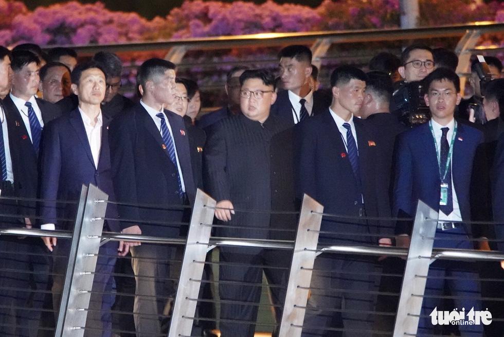 Ông Kim Jong Un cùng dạo phố, selfie với ngoại trưởng Singapore - Ảnh 4.