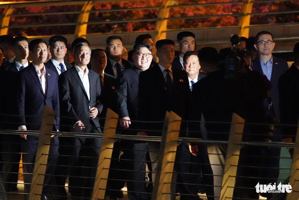 Ông Kim Jong Un cùng dạo phố, selfie với ngoại trưởng Singapore - Ảnh 5.