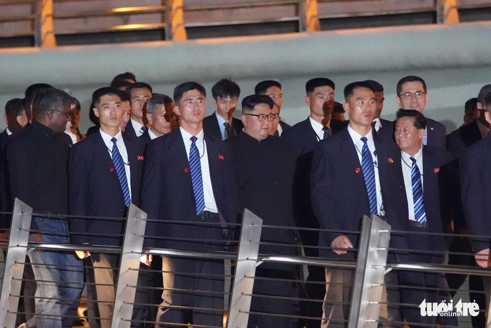 Ông Kim Jong Un cùng dạo phố, selfie với ngoại trưởng Singapore - Ảnh 7.