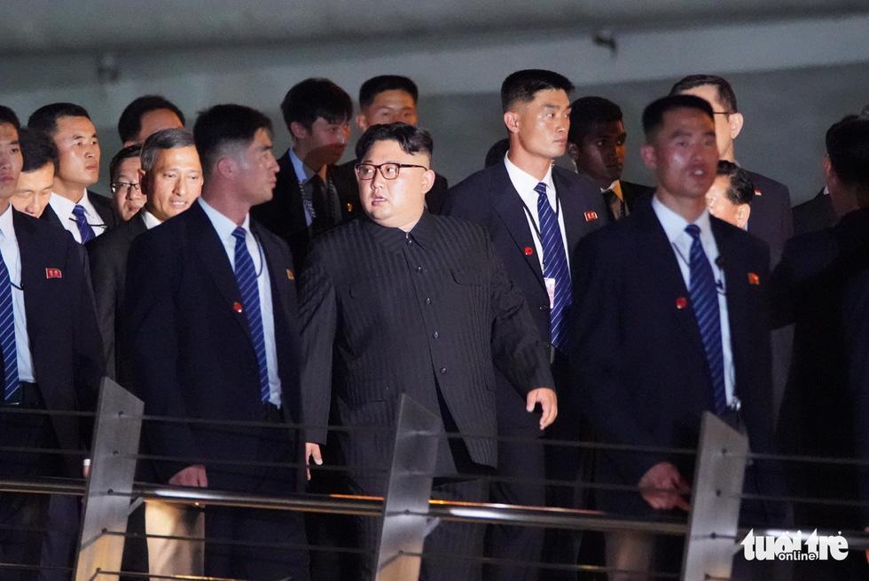 Ông Kim Jong Un cùng dạo phố, selfie với ngoại trưởng Singapore - Ảnh 8.