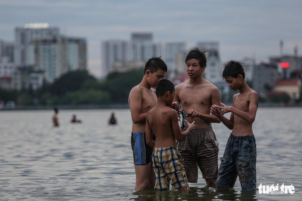 Hà Nội nắng nóng, bãi tắm hồ Tây đông đúc người tắm giải nhiệt - Ảnh 7.