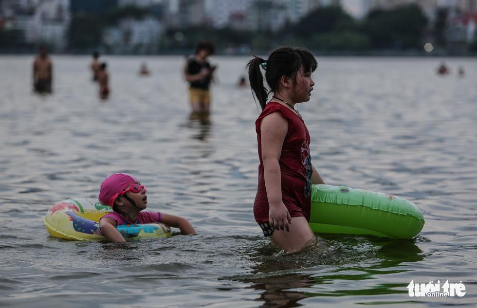 Hà Nội nắng nóng, bãi tắm hồ Tây đông đúc người tắm giải nhiệt - Ảnh 8.