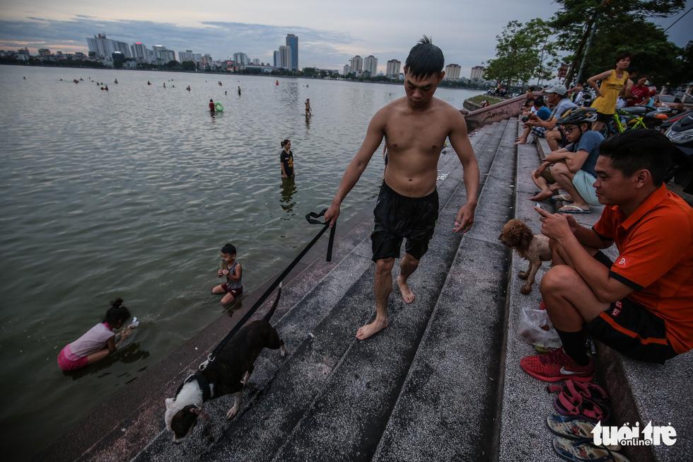 Hà Nội nắng nóng, bãi tắm hồ Tây đông đúc người tắm giải nhiệt - Ảnh 9.