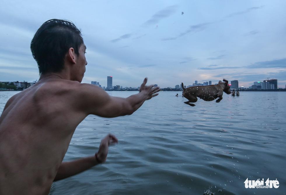 Hà Nội nắng nóng, bãi tắm hồ Tây đông đúc người tắm giải nhiệt - Ảnh 11.