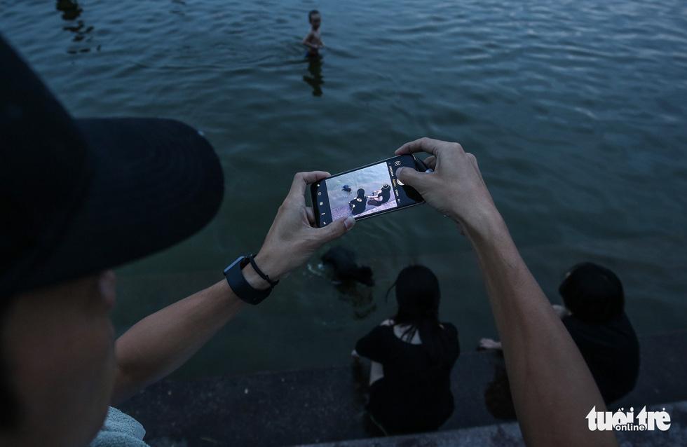 Hà Nội nắng nóng, bãi tắm hồ Tây đông đúc người tắm giải nhiệt - Ảnh 12.