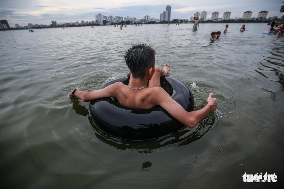 Hà Nội nắng nóng, bãi tắm hồ Tây đông đúc người tắm giải nhiệt - Ảnh 4.