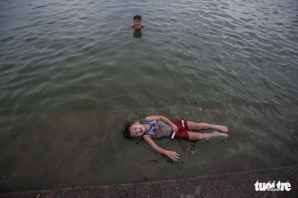 Hà Nội nắng nóng, bãi tắm hồ Tây đông đúc người tắm giải nhiệt - Ảnh 6.