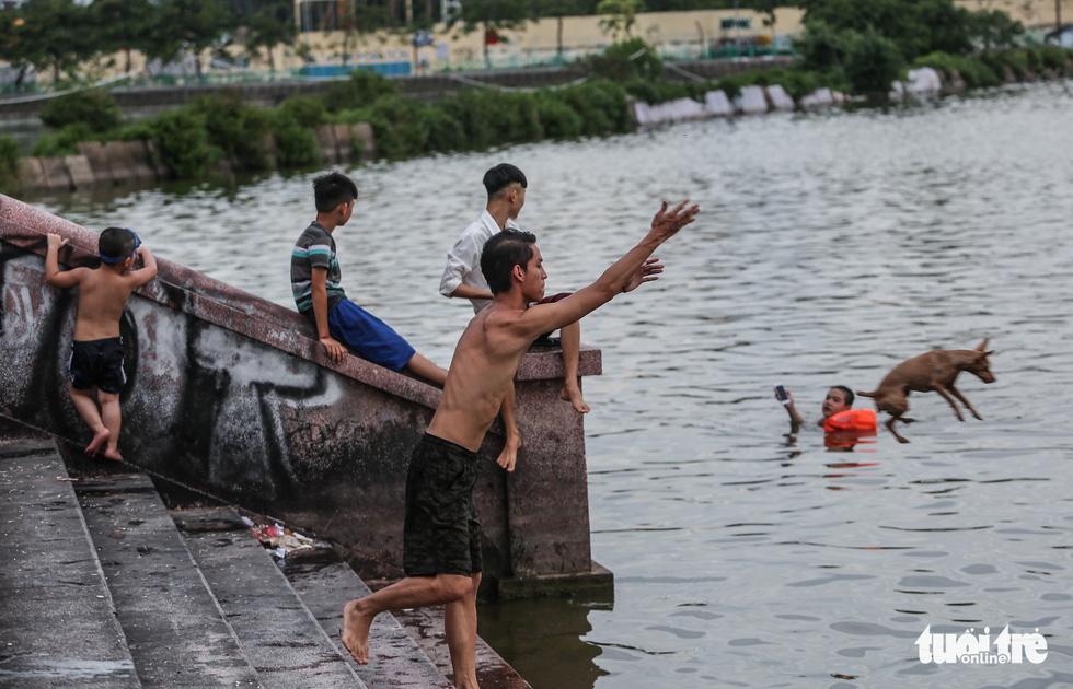Hà Nội nắng nóng, bãi tắm hồ Tây đông đúc người tắm giải nhiệt - Ảnh 3.