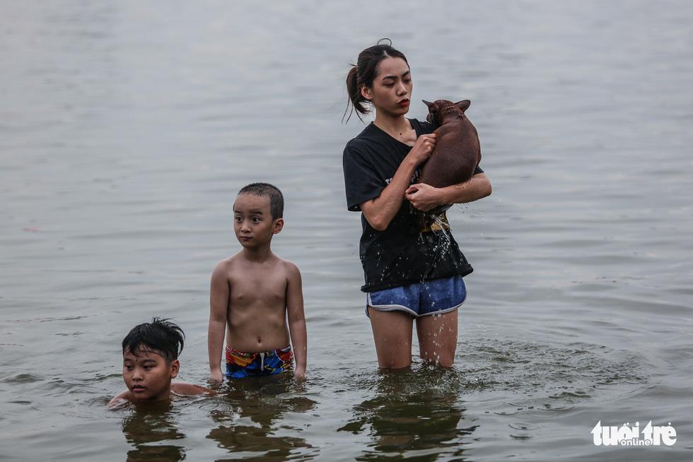 Hà Nội nắng nóng, bãi tắm hồ Tây đông đúc người tắm giải nhiệt - Ảnh 10.