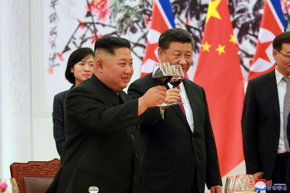 Thế giới trong tuần qua ảnh: lễ hội ăn thịt chó ở Trung Quốc - Ảnh 1.