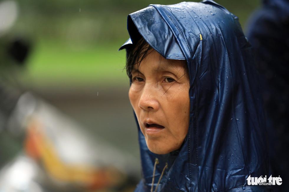 Cha mẹ dầm mưa dãi nắng bên ngoài phòng thi - Ảnh 16.