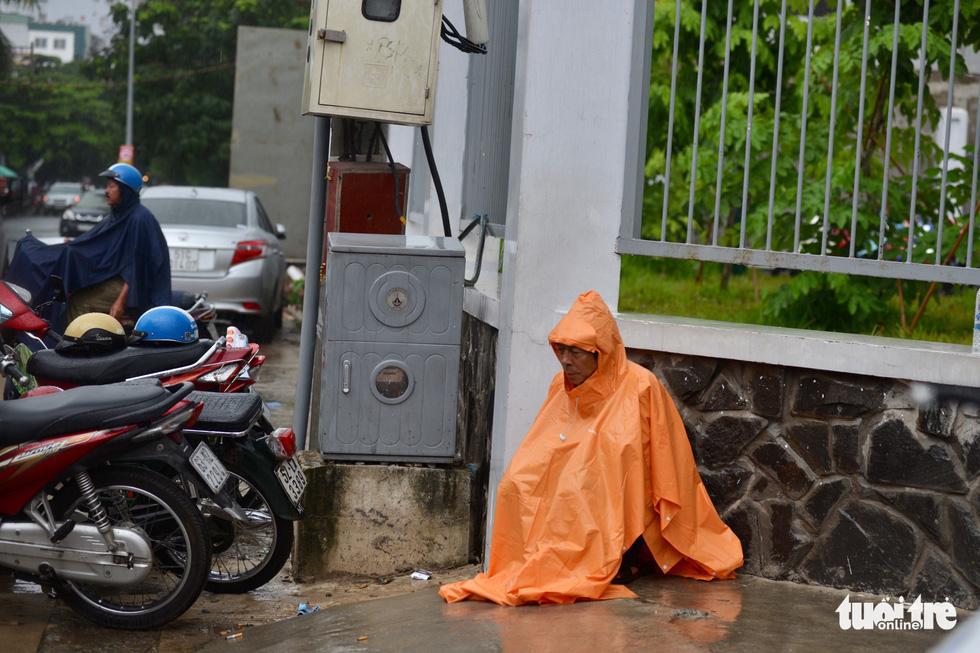 Cha mẹ dầm mưa dãi nắng bên ngoài phòng thi - Ảnh 2.