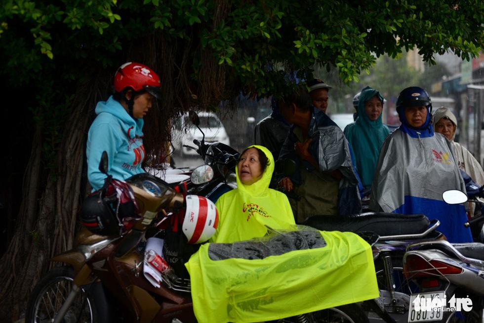 Cha mẹ dầm mưa dãi nắng bên ngoài phòng thi - Ảnh 3.