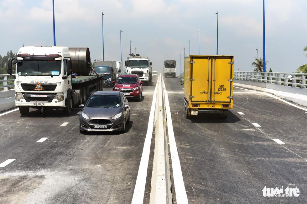 Thông xe cầu vượt Mỹ Thủy giải tỏa điểm đen kẹt xe - Ảnh 8.