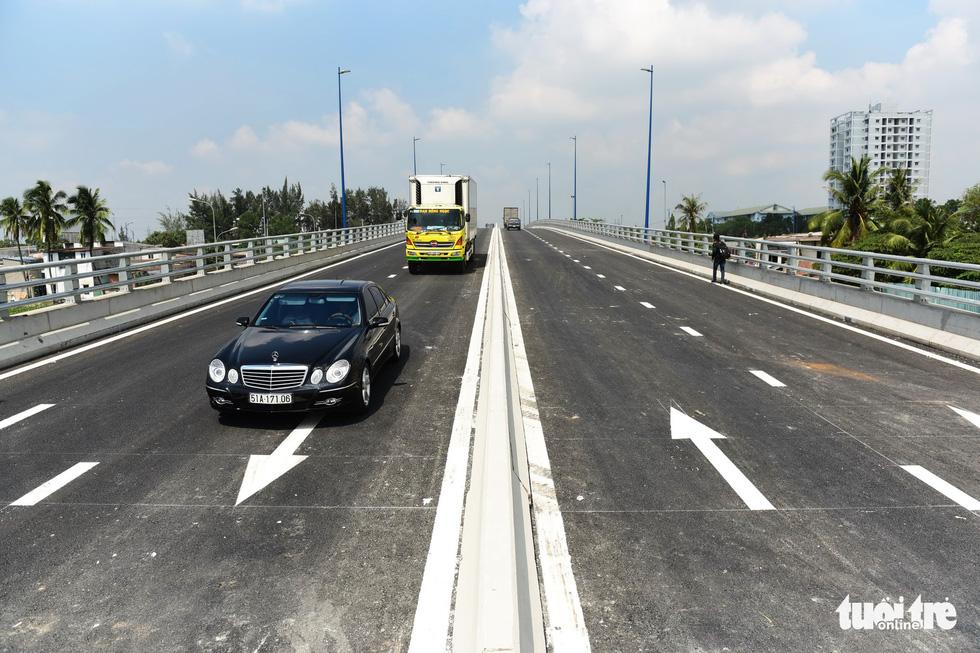 Thông xe cầu vượt Mỹ Thủy giải tỏa điểm đen kẹt xe - Ảnh 9.