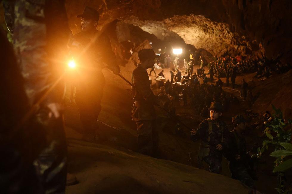 Kết quả hình ảnh cho đội bóng nhí Thái Lan mắc kẹt trong hang nước