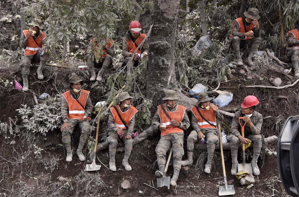 Tro bụi núi lửa xóa đi sự sống ở Guatemala - Ảnh 9.