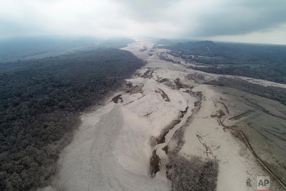 Tro bụi núi lửa xóa đi sự sống ở Guatemala - Ảnh 2.